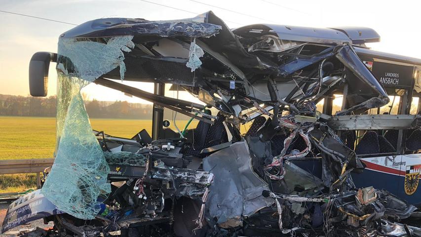 Schwerer Verkehrsunfall mit zwei Bussen im Landkreis Fürth