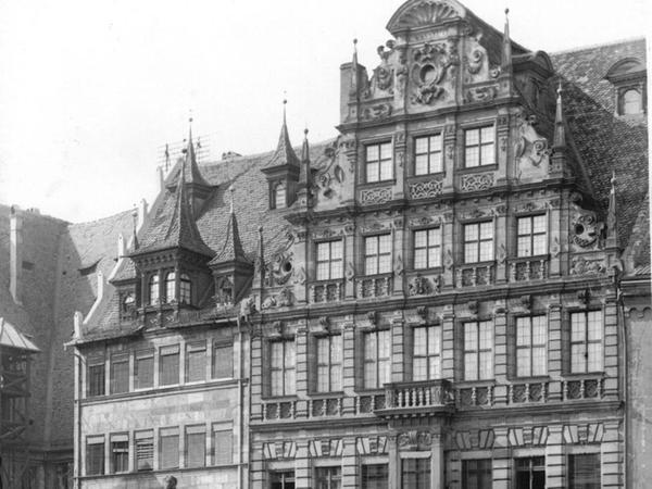 Die historische Ansicht zeigt das Schwarze Pellerhaus (links), das an die Westseite des Pellerhauses angrenzt. Ganz links ist noch ein Teil des ehemaligen Peststadels zu sehen.
