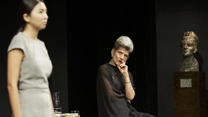 """Gera, Karlsruhe, Heidelberg, Altenburg und nun Nürnberg: Die Callas aus der """"Meisterklasse"""" spielt Annette Büschelberger (rechts) bereits zum wiederholten Mal. """"Natürlich ist es bei jeder Inszenierung anders"""", sagt die jugendlich wirkende 64-Jährige. """"Das Stück ist wahrlich keine Weltliteratur, aber trotzdem so stark, dass man immer wieder etwas Neues darin entdeckt."""" Das liege auch an der Figur, die nicht Callas pur sei, sondern eine Kunstfigur."""