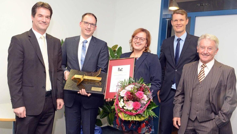 Schwung-Geschäftsführer Michael Geißendörfer (li.), OB Matthias Thürauf (2.v.r.) und Alfred Dornisch (r.) überreichen Manfred und Christina Günzel den Goldenen Startblock.