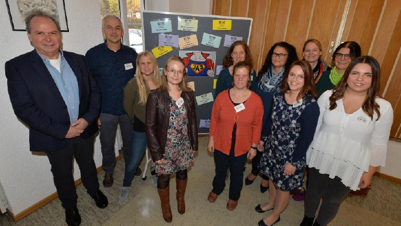 Der Vorsitzende vom Puckenhof, Martin Leimert (l.), und der Abteilungsleiter für die Jugendsozialarbeit an Schulen (JaS), Thomas Krause (2.v.l.), haben mit den Mitarbeiterinnen den 10. Geburtstag von JaS gefeiert.