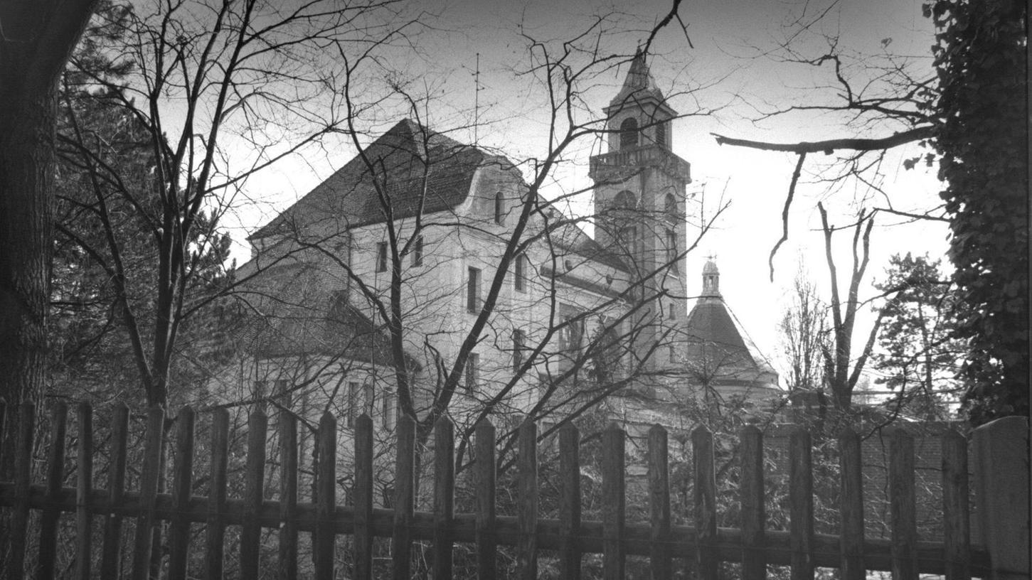 Blick auf das Nürnberger Krematorium in den 1990er Jahren: Hier schoss der gehörlose Täter auf einen Angestellten.
