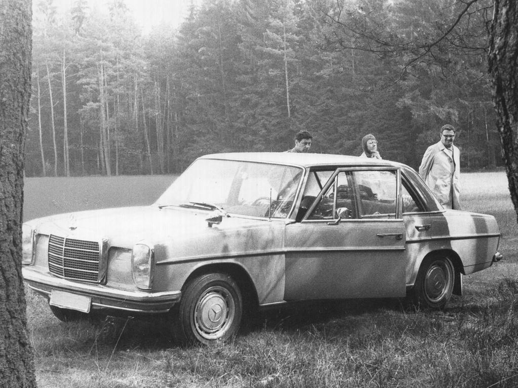 Der Tatort bei Lindelburg: In diesem Mercedes wurde der Doppelmord verübt. An der Wagentür hinterließ der Mörder seinen blutigen Fingerabdruck.