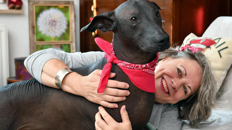 Ein eingespieltes Team aus Gostenhof: Bloggerin Helen Mary McIntyre mit ihrem Nackthund Duke.