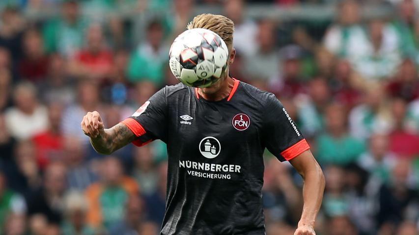 Wenn Rot und Weiß nicht passen, muss eben Grau her! Beim Auswärtsspiel in Bremen bewies der Club, dass er es auch im Ausweichtrikot kann. Das Schmuckstück zieren orange Details an Kragen und Ärmeln.