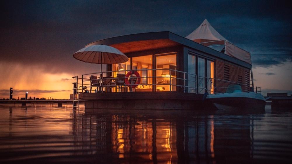 """Können ab sofort gemietet werden: Das """"Floating Village Brombachsee"""" ist eröffnet worden. Im nächsten Jahr sollen in 19 schwimmenden Ferienhäusern dann schon 10.000 Übernachtungen stattfinden."""
