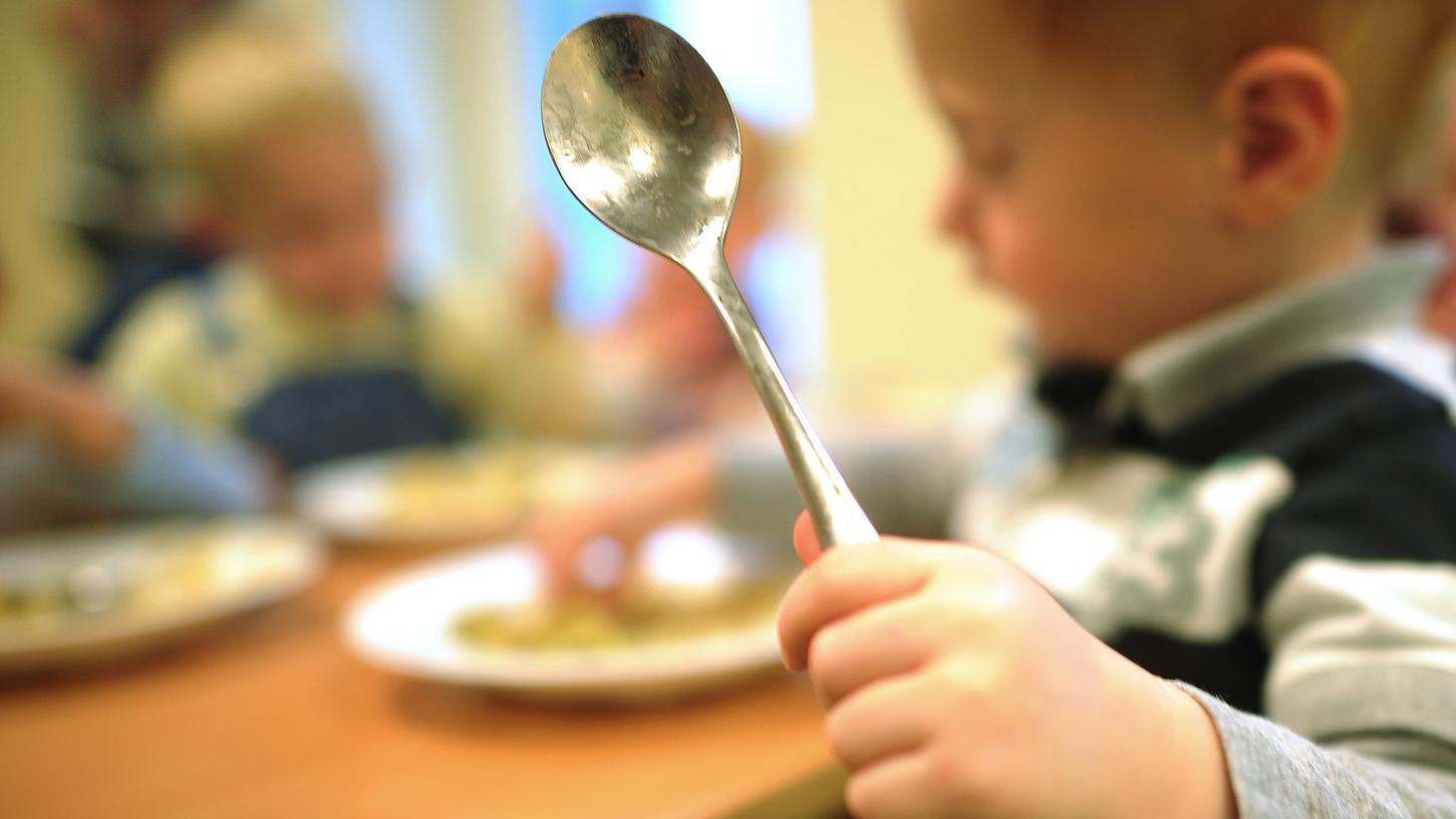 Lebensmittel verdorben? Kinder in vier Kitas, die in Nürnberg und Schwabach sind, litten nach dem Verzehr des Mittagessens an Übelkeit und Erbrechen. Die Lebensmittelproben werden derzeit analysiert.