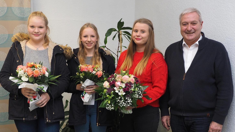 Die 15-jährige Mira Isabell Boeck (dritte von links) aus Buchau ist das neue Pegnitzer Christkind.