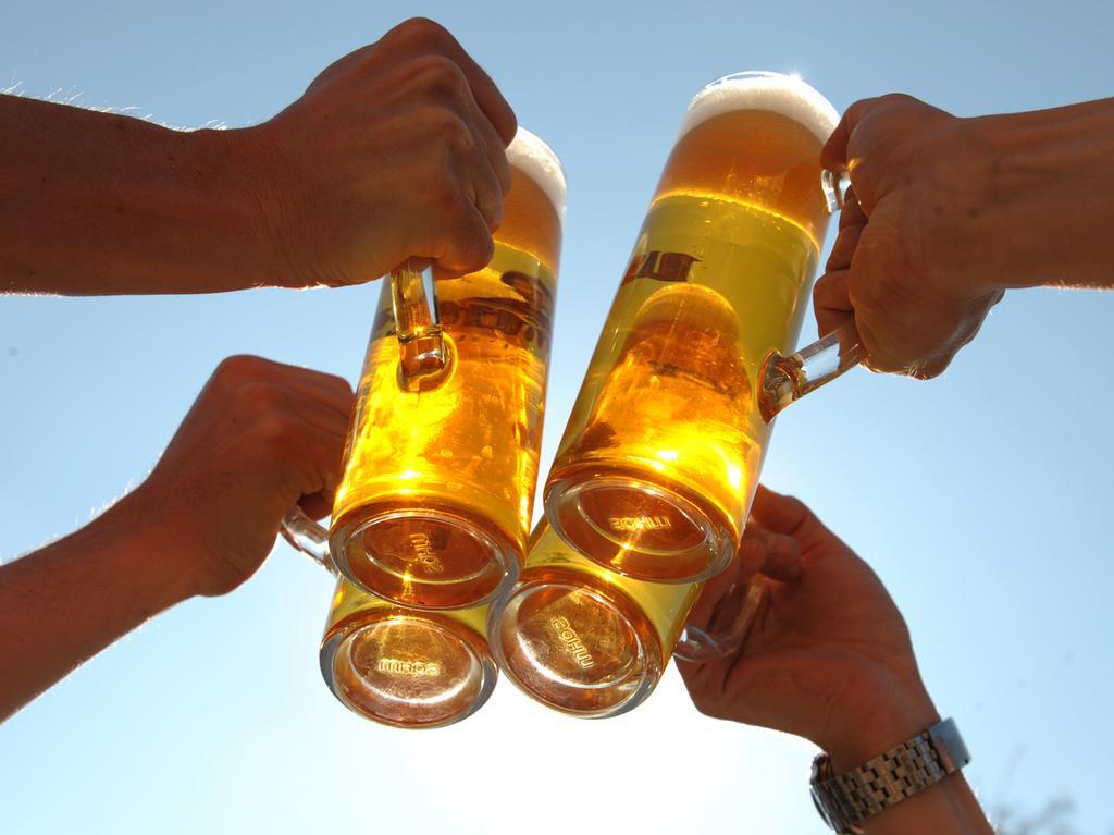 ARCHIV - Vier Leute stoßen mit vier Gläsern Bier an, aufgenommen am 21.04.2009 in Leipzig. (Zu dpa Bier-Export steigt weiter - Markt insgesamt stagniert nahezu vom 21.04.2017) Foto: Peter Endig/dpa-Zentralbild/dpa +++(c) dpa - Bildfunk+++ | Verwendung weltweit