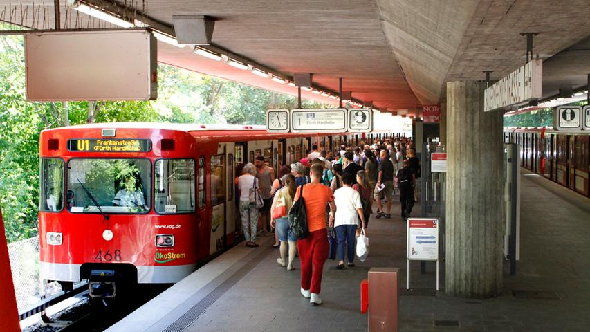 Zwischen Messe und Bauernfeindstraße durchfährt die U-Bahn die engste im Planverkehr befahrene Kurve im Nürnberger U-Bahn-Netz: 5400 Ein- und Aussteiger gibt es an jedem Werktag am Haltepunkt Bauernfeindstraße.