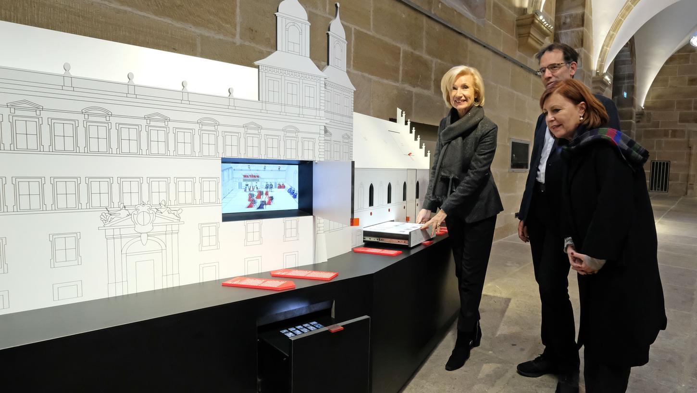 Das Informationssystem zur Rathausgeschichte wurde von Planungs -und Baureferent Daniel F. Ulrich, Kulturreferentin Prof. Dr. Julia Lehner und der stellvertretenden Leiterin der Museen der Stadt Nürnberg, Dr. Gabriele Moritz (rechts) eingeweiht.