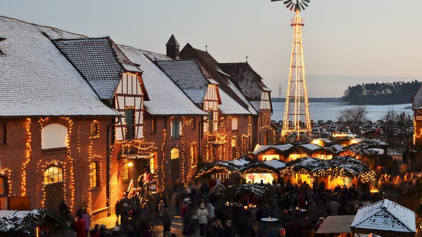 Einmal gesehen haben sollte man auch den Weihnachtsmarkt im idyllischen und traditionsreichen Gut Wolfgangshof bei Zirndorf. In der Adventszeit erstrahlt Schloss Hexenagger in feierlichem Licht, und das im Ambiente der fränkischen Fachwerk-Gebäude. Vor allem das Fackel- und Kerzenlicht sorgt für beschauliche Stimmung. Circa 120 Kunsthandwerker und Aussteller zeigen in urigen Holzhütten, im historischen Kuhstall, in der Wagenremise, auf dem Heuboden und in der alten Säulen-Getreidehalle ihre liebevoll ausgesuchten Waren. Jeden Abend erwärmt eine Feuershow der Firedragons die Herzen der Besucher.  Öffnungszeiten: 22. - 24.11., 29.11. - 1.12., 6. - 8.12. und 13. - 15.12., Freitags von 15 bis 20 Uhr, Samstags und Sonntags von 12 bis 20 Uhr. Eintrittspreise: Kinder von 6 bis 15 Jahren: € 1,00 Erwachsene ab 16 Jahren: € 7,00