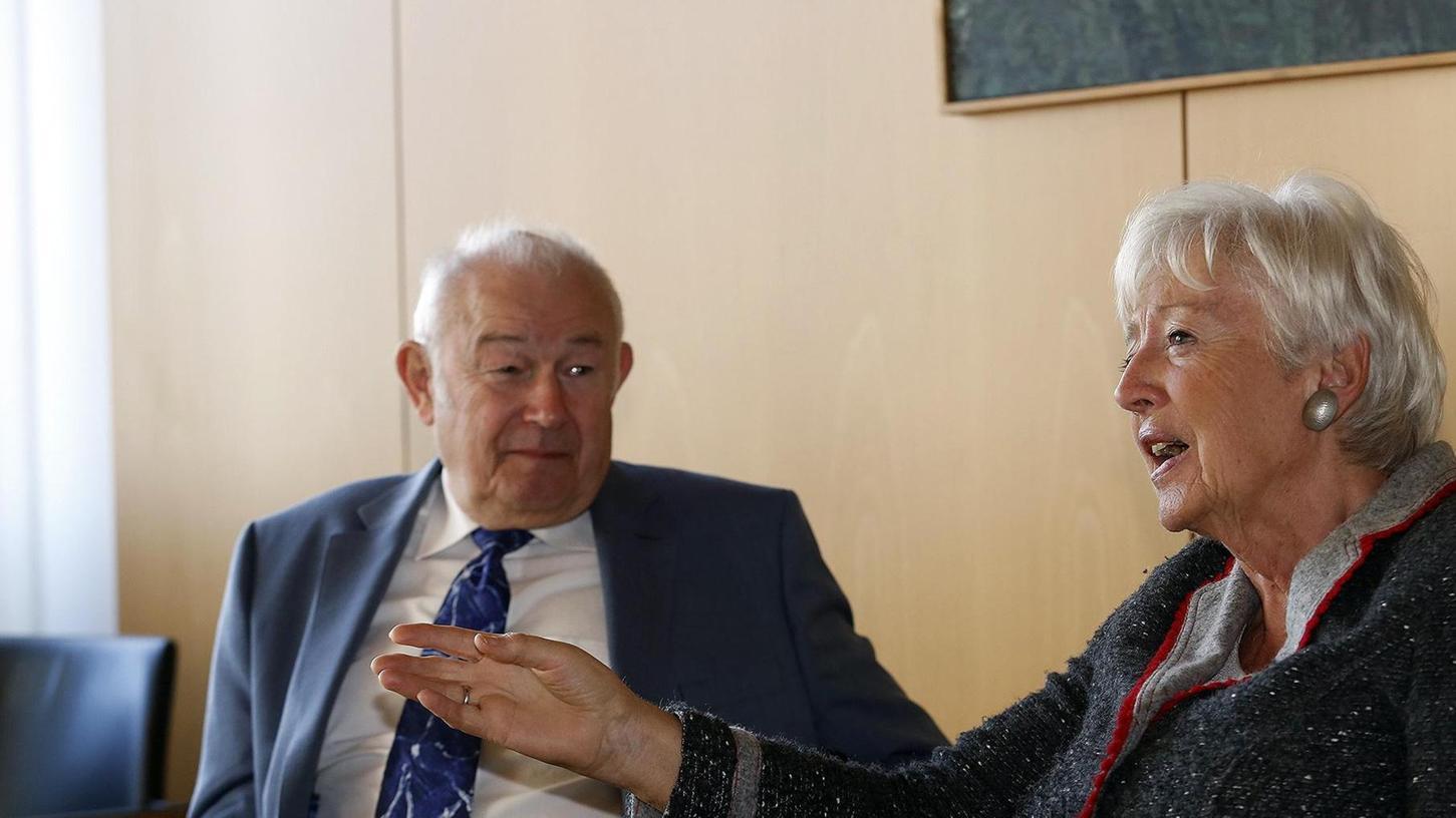 24 Jahre liegen zwischen diesen beiden Fotos; die Kaffeetassen beim NN-Redaktionsbesuch sind noch die gleichen: Renate Schmidt und Günther Beckstein beim Doppel-Interview 1994 und 2018.