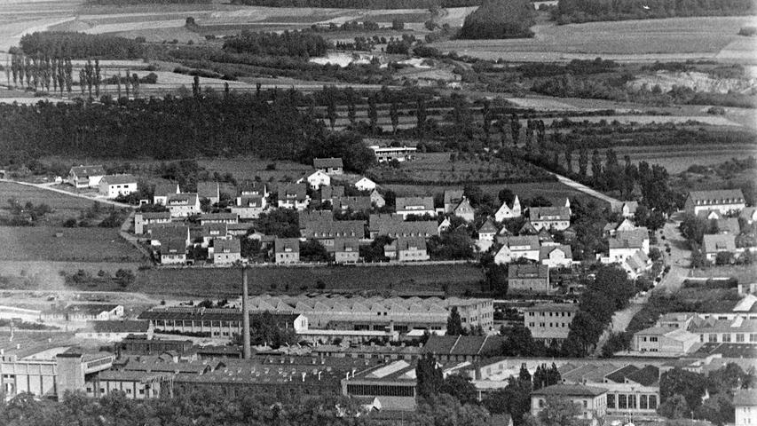 Wie sehr sich die Stadt Pegnitz in den vergangenen 50 Jahren verändert hat, zeigt dieser Blick vom Aussichtsturm am Schloßberg aus dem Jahr 1968. Entlang der Straße über den Zipserberg steht noch die von weitem sichtbare Allee mit den stattlichen Pappeln, von denen heute nur mehr drei Bäume übrig geblieben sind. Zu sehen sind ebenfalls noch die einstigen Behelfsheime in der Goethestraße, dafür fehlt das erst viel später errichtete Hochregallager der KSB.