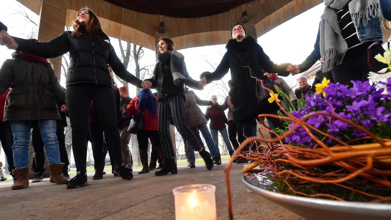 """""""One Billion Rising"""" heißt die Tanzaktion, die seit 2013 Menschen weltweit dazu aufruft, sich gegen Gewalt an Frauen einzusetzen. In Fürth findet die Kampagne im Februar stets im Musikpavillion der Adenaueranlage statt."""