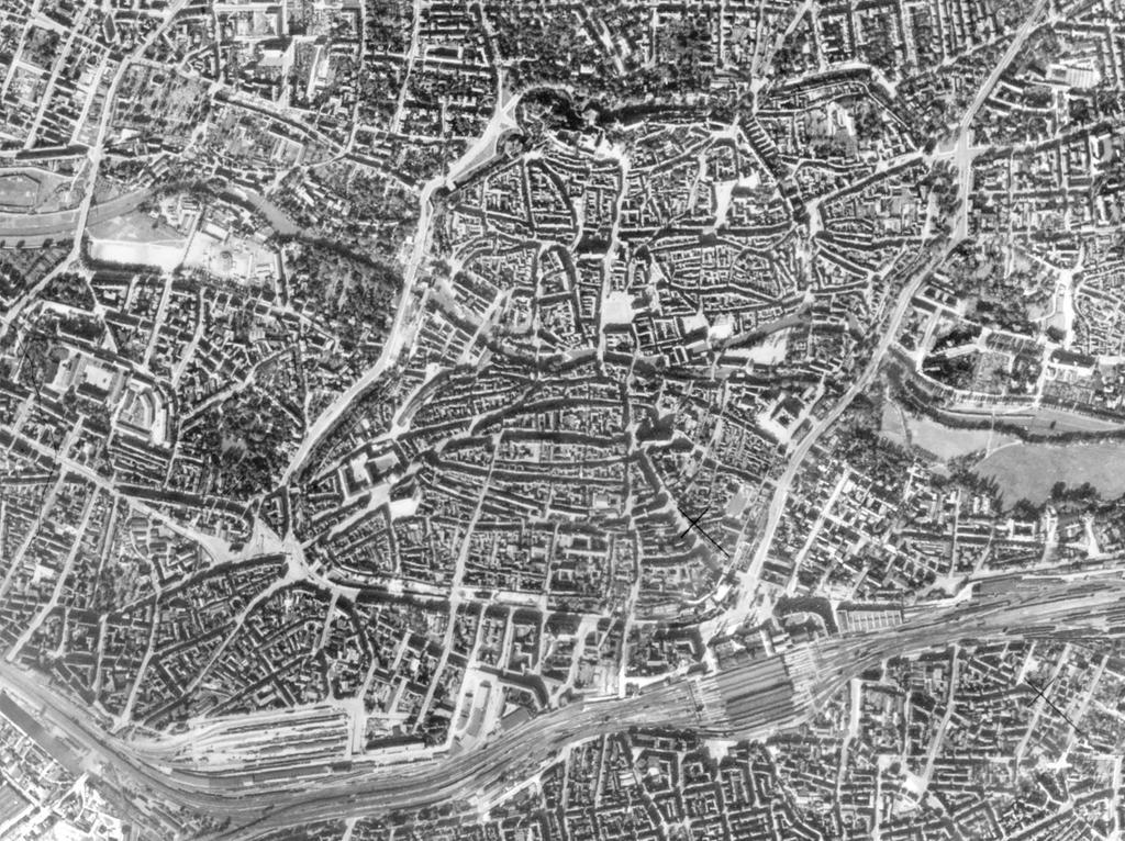 FOTO: Bayerische Vermessungsverwaltung, gesp. 11/2018 für Berichterst...MOTIV: Franken; Luftbild; Region; Draufsicht...Hier: Nürnberg; Altstadt; 410333_670-672_28-09-1941 – Nürnberg Stadtkern, 28.09.1941; historisch; 1940er; Stadtmauer