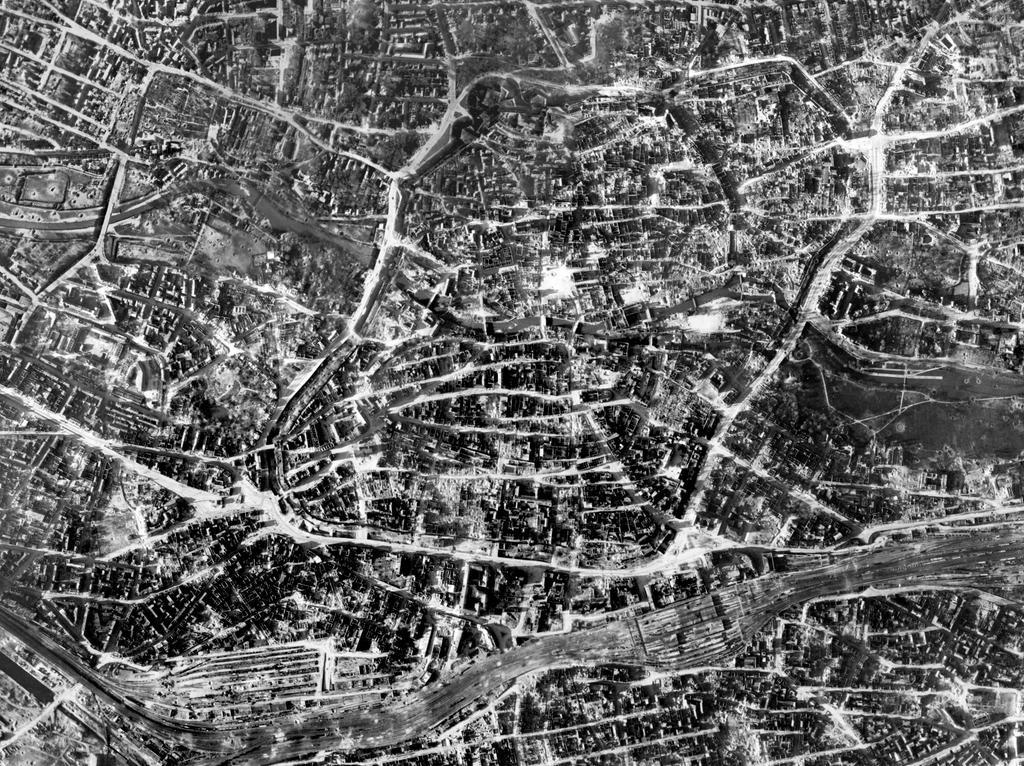 FOTO: Bayerische Vermessungsverwaltung, gesp. 11/2018 für Berichterst...MOTIV: Franken; Luftbild; Region; Draufsicht...Hier: Nürnberg; Altstadt; 45650_45885_45886_45931-45937 – Nürnberg Stadtkern, 1945; historisch; 1940er; Zerstörung; Zweiter Weltkrieg; Ruinen; Stadtmauer