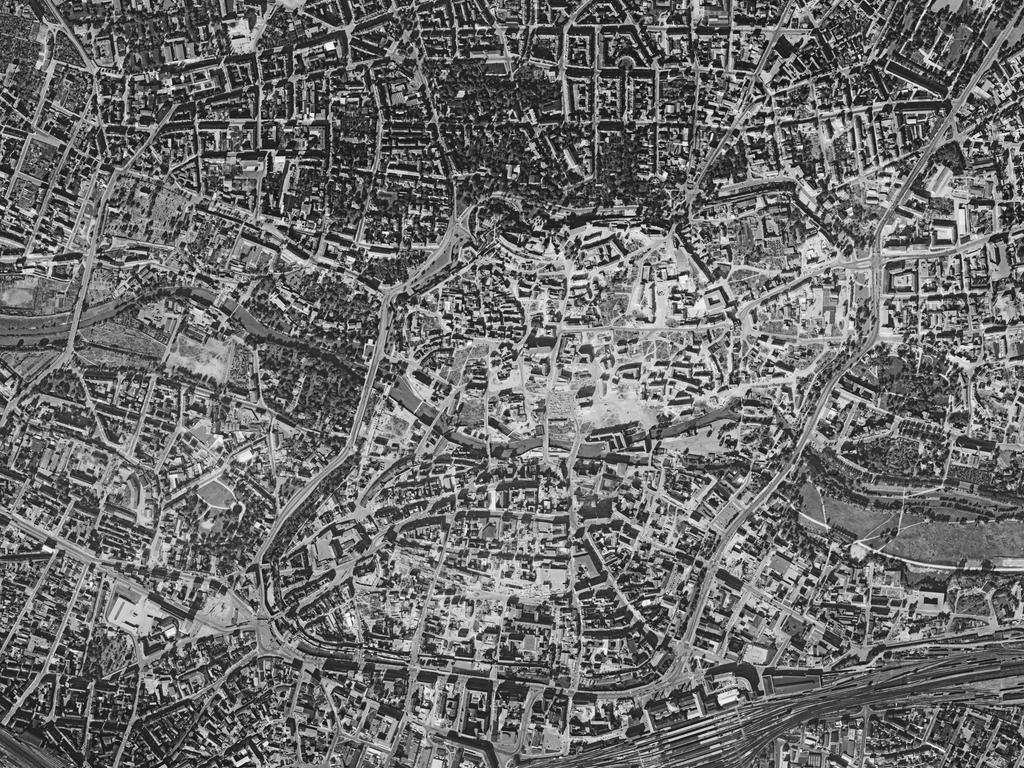 FOTO: Bayerische Vermessungsverwaltung, gesp. 11/2018 für Berichterst...MOTIV: Franken; Luftbild; Region; Draufsicht...Hier: Nürnberg; Altstadt; 560100-0_15-09-1956 – Nürnberg Stadtkern, 15.09.1956; historisch; 1950er; Wiederaufbau; Sebalder Steppe; Stadtmauer