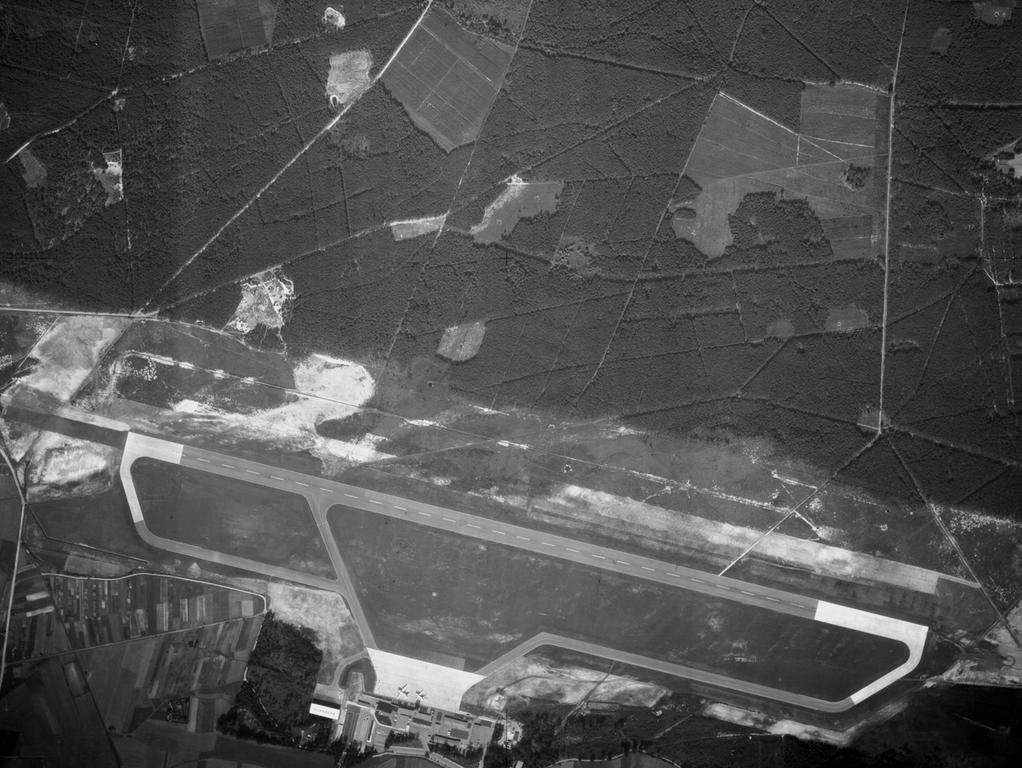 FOTO: Bayerische Vermessungsverwaltung, gesp. 11/2018 für Berichterst...MOTIV: Franken; Luftbild; Region; Draufsicht...Hier: 56010_0_11952 – Flughafen Nürnberg, 15.09.1956; historisch; 1950er