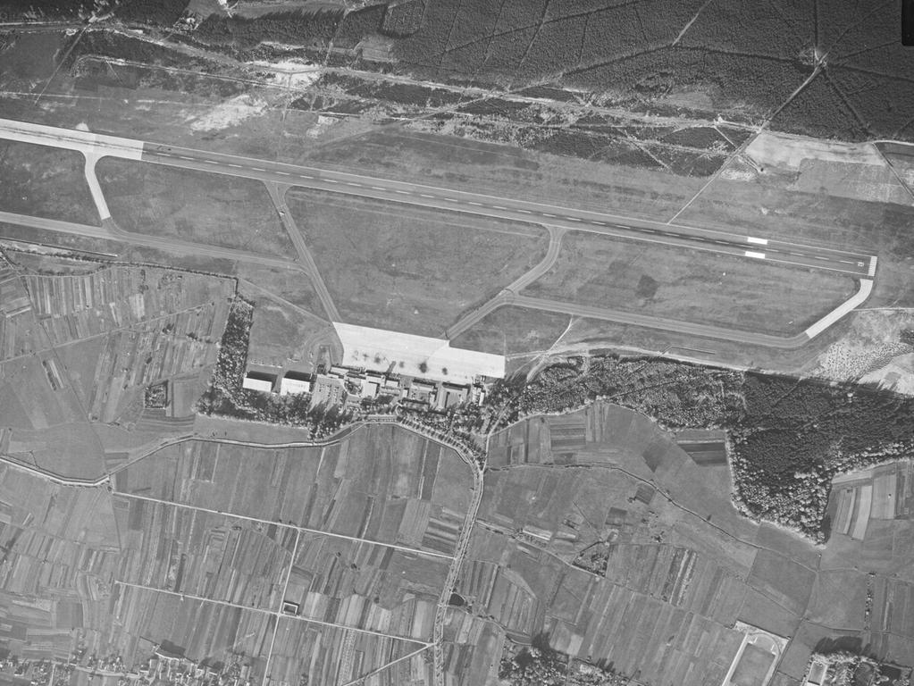 FOTO: Bayerische Vermessungsverwaltung, gesp. 11/2018 für Berichterst...MOTIV: Franken; Luftbild; Region; Draufsicht...Hier: 63034_0_0573 – Flughafen Nürnberg , 25.10.1963; historisch; 1960er; Landwirtschaft; Knoblauchsland; Almoshof.