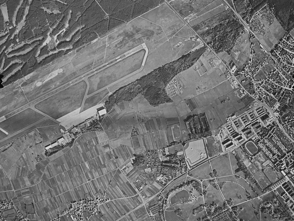 FOTO: Bayerische Vermessungsverwaltung, gesp. 11/2018 für Berichterst...MOTIV: Franken; Luftbild; Region; Draufsicht...Hier: Nürnberg Flughafen; Golfplatz im Reichswald. 71083_1_0005 - 16.10.1971; historisch; 1970er; Almoshof ...