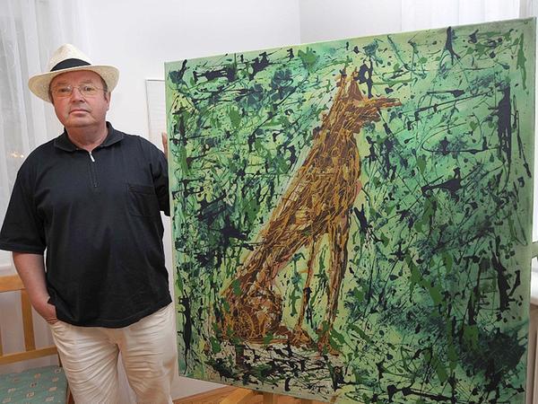 Joachim Rosinsky mit seinem Gemälde vom Fischer-Hund im Elternhaus von Lothar Fischer.