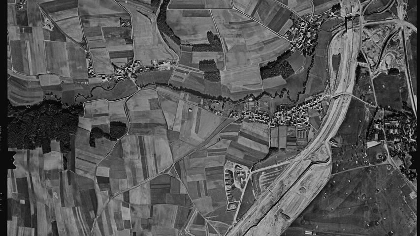 Ganz anders auf diesem Bild aus dem Jahr 1970. Deutlich sieht man hier die Baustellen für den Main-Donau-Kanal mitsamt der Trogbrücke, die hier über eine Straße führt, und den Fürther Hafen. Auch der Schuttberg existiert bereits.