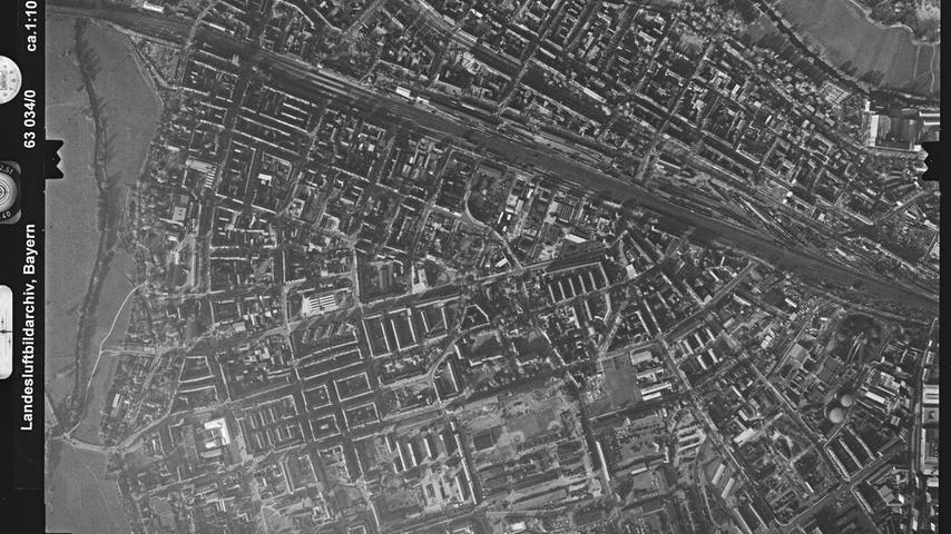 Schon seit dem Jahr 1890 war die Fürther Südstadt von Kasernengebäuden geprägt. Seit 1945 unterhielt die US Army hier die William-O'-Darby-Kaserne. Rechts oben in der Bildecke ist auch die zum Zeitpunkt der Aufnahme 1963 hier noch sehr gerade verlaufende Pegnitz zu sehen.