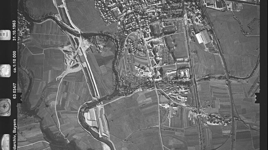 Auf diesem Bild aus dem südlichen Forchheim kann man viel Spannendes entdecken. Links zum Beispiel den neu entstehenden Main-Donau-Kanal, rechts daneben zunächst die alte B4, dann die Trasse des alten Ludwigskanals und schließlich die Bahnlinie.