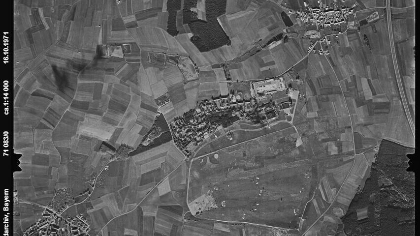 Zum Zeitpunkt dieser Aufnahme 1971 war die Herzo Base noch Horchposten des militärischen Abwehrdienstes der amerikanischen Landstreitkräfte. Eine Flugzeughalle diente als abhörsicheres Operationszentrum, das frühere Flugfeld als Antennenstandort. Durch eine Umstrukturierung wurde der Standort aber 1972 aufgegeben.