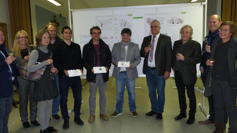 Die Sieger des Architektenwettbewerbs zur Weiterentwicklung des Lukas-Anwesens in Berngau präsentieren ihre Modelle: Vertreter der DV-Architekten, Alexander Baumann und sturm+schmidt ( v.li. vord. Reihe).