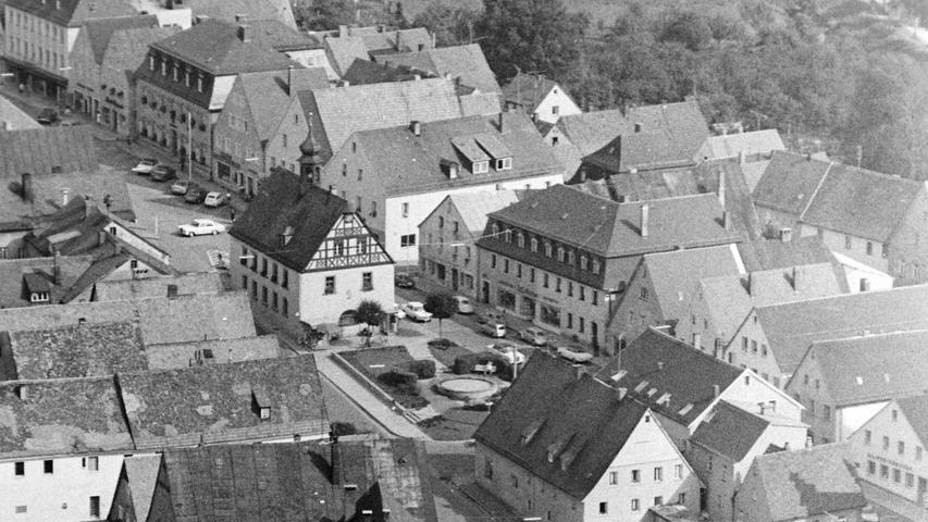 Wie sehr sich Pegnitz in den vergangenen 50 Jahren verändert hat, zeigt dieser Blick vom Aussichtsturm am Schloßberg aus dem Jahr 1968. Auffällig ist die alte Anlage rund um den Springbrunnen, der Kiosk am Alten Rathaus oder die ganz andere Parkordnung. Auch eine Litfass-Säule ist noch erkennbar.