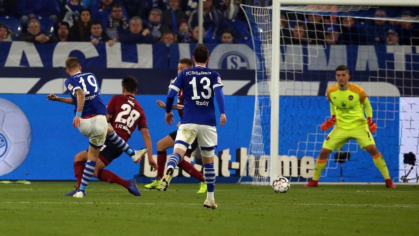 24.11.2018 --- Fussball --- Saison 2018 2019 --- 1. Fussball - Bundesliga --- 12. Spieltag: FC Schalke 04 S04 - 1. FC Nürnberg Nuernberg FCN ( Club ) --- Foto: Sport-/Pressefoto Wolfgang Zink / DaMa --- DFL regulations prohibit any use of photographs as image sequences and/or quasi-video ---......Guido Burgstaller (19, FC Schalke 04 S04 ) mit Torschuss