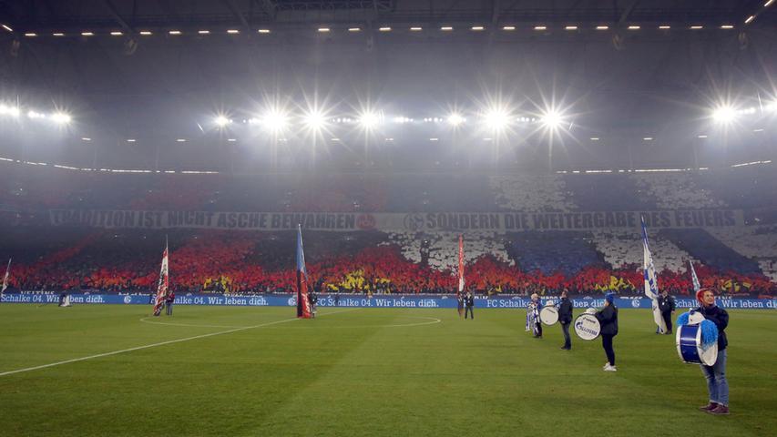 Mega-Choreo beim Fan-Fest: Schalke serviert den Club vor zwei Jahren ab