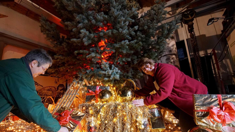 Keine Bergwerksweihnacht gleicht bei der Dekoration in den Hallen der anderen. Marga Warta (links) und Beate Friedl (rechts) arbeiten an einer besonderen Überraschung für die Besucher.