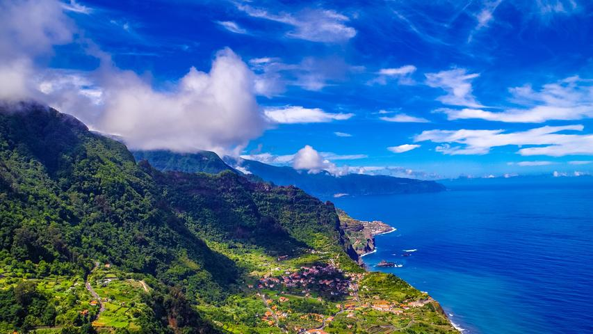 Die portugiesische Insel Madeira gehört zu einer autonomen Region vor der afrikanischen Nordwestküste. Die Insel ist geprägt von vulkanischer Landschaft und wird auch als die