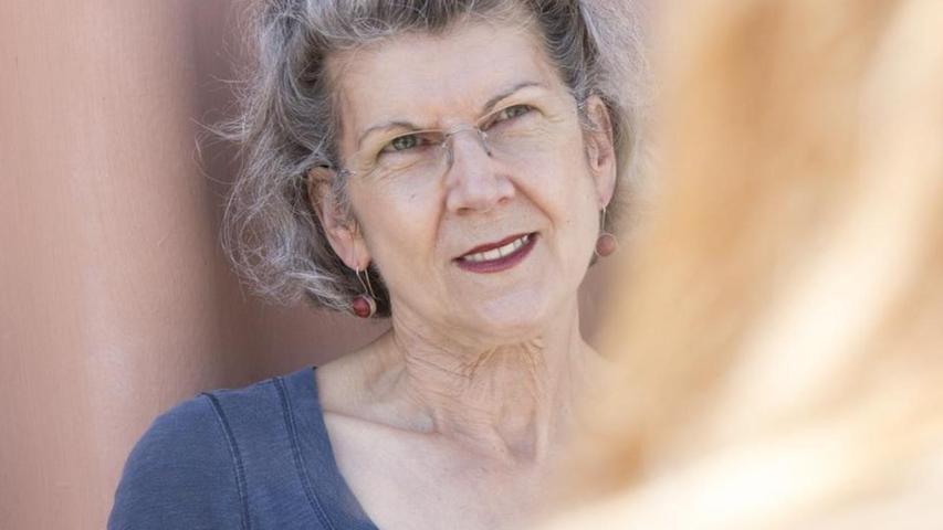 Annette Büschelberger wurde in Dresden geboren und hat an der Theaterhochschule Hans Otto in Leipzig Schauspiel studiert. Nur auf die Wirkung des eigenen Spiels zu zielen, ist für sie zu wenig. Man müsse sich schon die Mühe machen, nochmal und nochmal tiefer zu gehen und das Stück zu befragen.