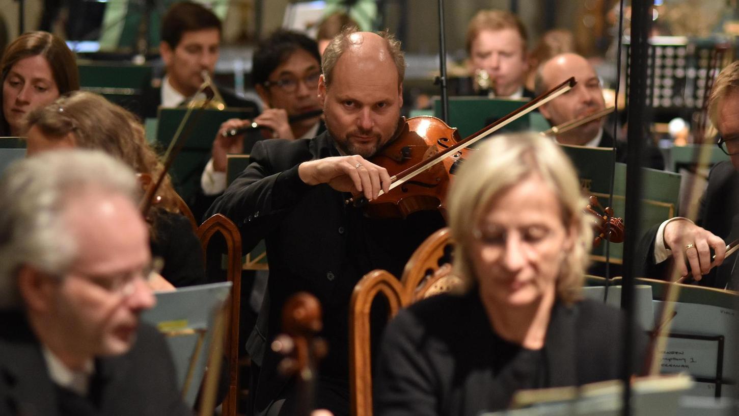 Hochkonzentrierte Ensembleleistung: Musiker der Staatsphilharmonie Nürnberg spielten Zimmermann und Bernstein in Sankt Michael.