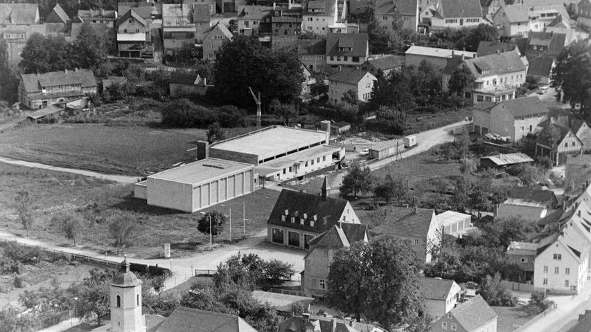 Wie sehr sich die Stadt Pegnitz in den vergangenen 50 Jahren verändert hat, zeigt dieser Blick vom Aussichtsturm am Schloßberg aus dem Jahr 1968. Zu sehen sind unter anderem die alte Wiesweiherhalle und das Hallenbad, dessen Bau sich damals gerade in der Endphase befand. Heute sind beide Gebäude längst Geschichte. Im Bild ferner das alte Feuerwehrhaus, das alte Schwesternwohnheim an der Marienkirche oder auch die beliebte Dachterrasse des Cafe Bär. Schließlich war damals am Rand des Stadtparks auch noch ein Gewerbebetrieb angesiedelt.