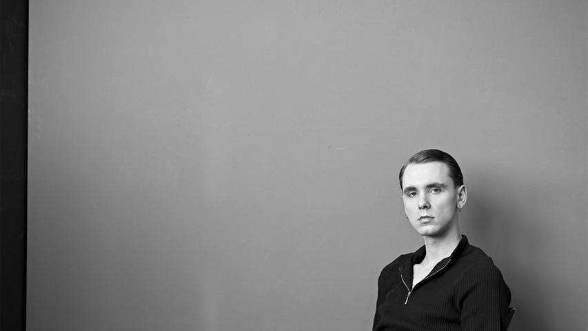 Drangsal ist ein deutscher Sänger mit deutsch- und englischsprachigen Indie-Pop-Songs. Aufmerksamkeit bekam er vor allem für seinen Featureauftritt auf Caspers Album