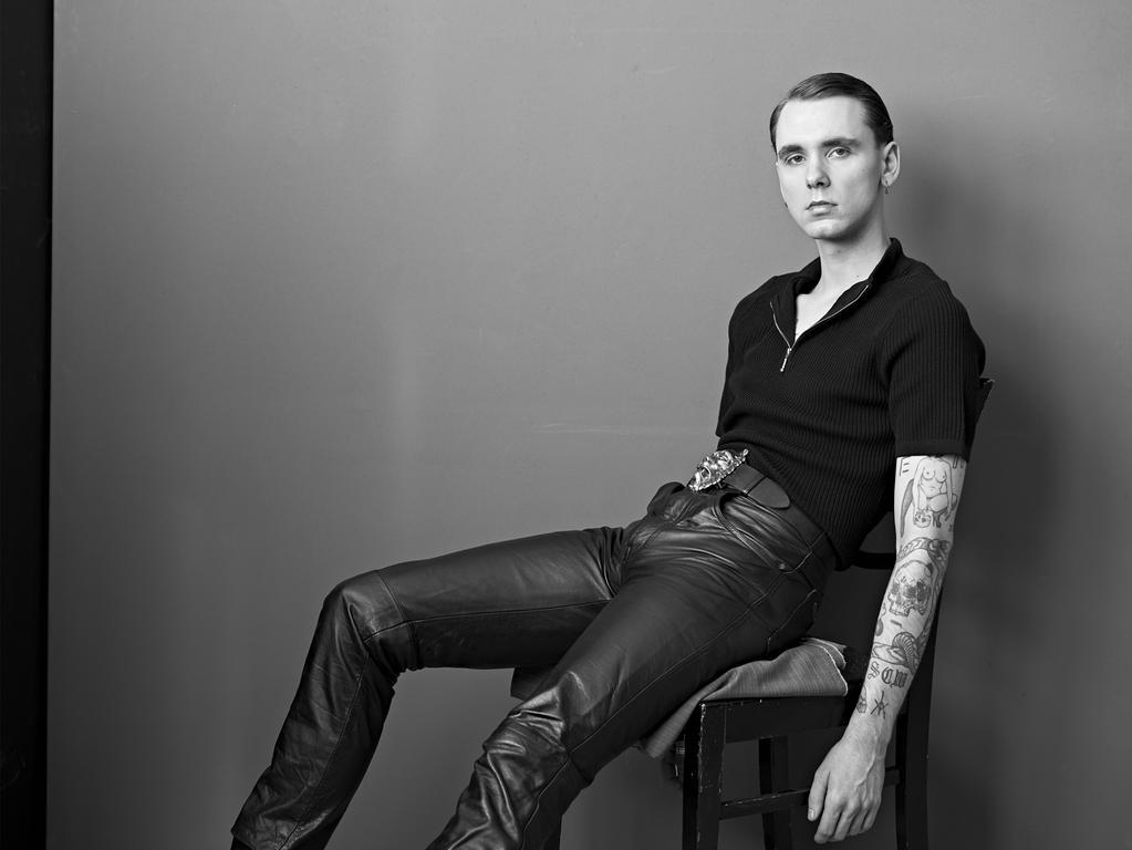 Drangsal ist ein deutscher Sänger mit deutsch- und englischsprachigen Indie-Pop-Songs. Aufmerksamkeit bekam er vor allem bei seinem Featureauftritt auf Caspers Album