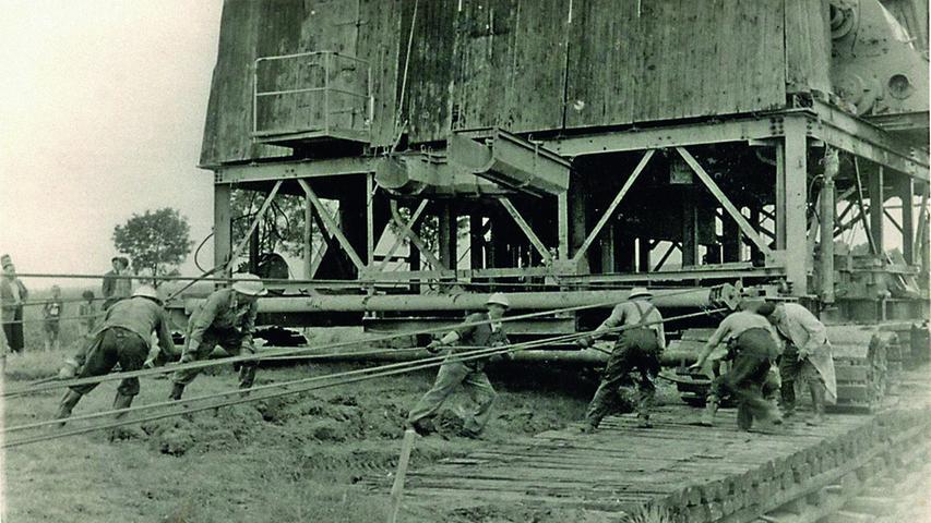 Die Erdölförderung war eine schweißtreibende Arbeit. Hier transportieren im Jahr 1954 Arbeiter in Ampfing einen Bohrturm von einer Förderstelle zur nächsten. Die Arbeiter verdienten aber sehr gut und auch Ampfing profitierte mächtig von den Gewerbesteuereinnahmen. Als das geförderte Erdöl immer wässriger wurde, musste man die Förderung 1997 einstellen.
