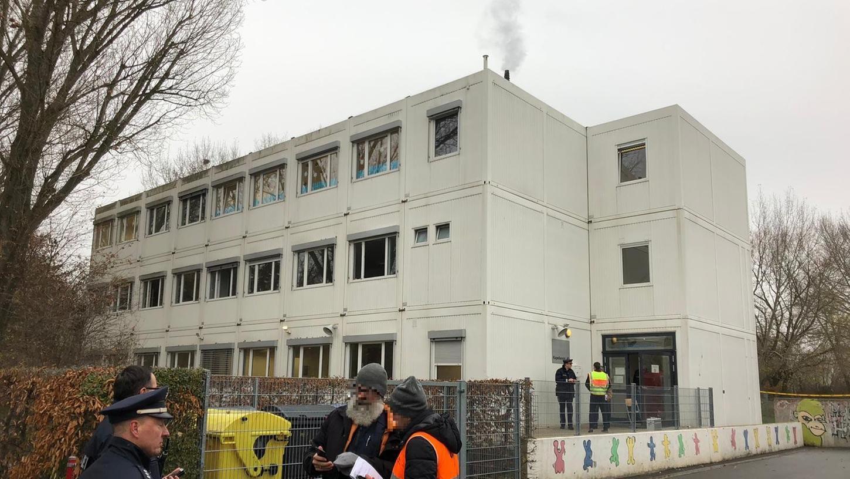 Nachdem am Dienstagmorgen in der Außenstelle der Fürther Ludwig-Erhard-Schule ein Feuer ausgebrochen war, musste das komplette Gebäude geräumt werden.