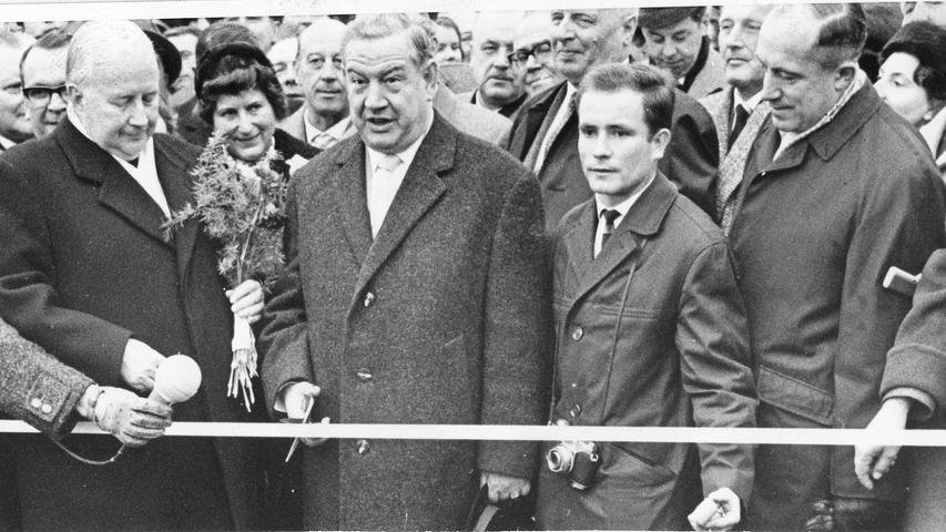 Der damalige Ministerpräsident Bayerns, Alfons Goppel, gibt 1964 das letzte Teilstück Schlüsselfeld-Biebelried der Autobahn von Nürnberg nach Frankfurt frei.
