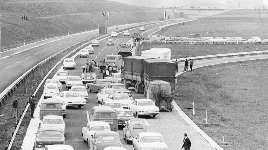Bei Schlüsselfeld staute sich 1964 der Verkehr, bevor die Strecke von Bundesverkehrsminister Hans-Christian Seebohm freigegeben wurde.