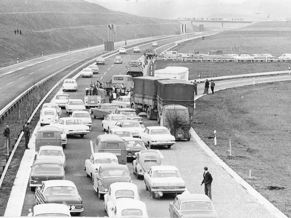 FOTO: Friedl Ulrich/ VNP. Veröff. NN B v. 27.11.1964; historisch; 1960er. ..MOTIV: Autobahn A3; Franken. Eröffnung / Einweihung Nürnberg - Frankfurt. LKW; PKW; ..KONTEXT: