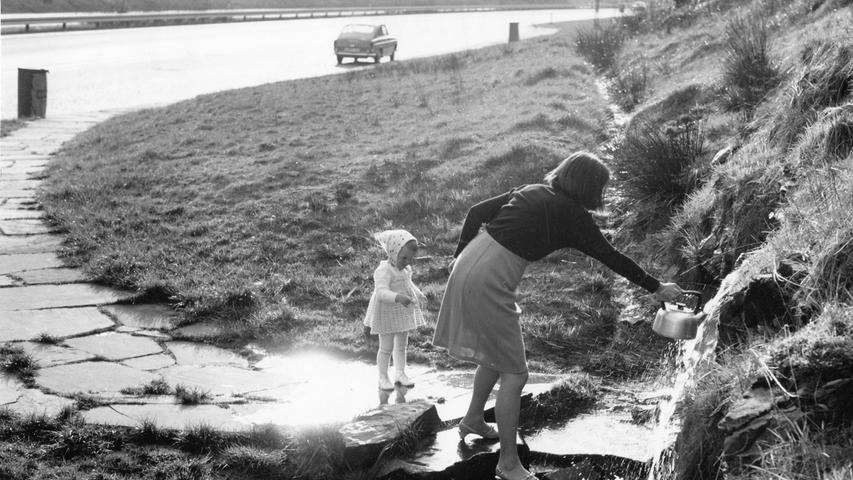 Im Spessart bei Rohrbrunn wurde beim Autobahnbau 1967 eine Wasserader freigelegt. Entdeckt haben sie Fernfahrer und ständige Autobahnbenutzer. Manche stoppten trotz Halteverbot und Strafzettel, um sich bei dem kostenlosen Nass zu bedienen. Später sorgte das Autobahnamt Nürnberg für einen Parkplatz, fasste die Quelle und legte einen Fußweg dorthin an.