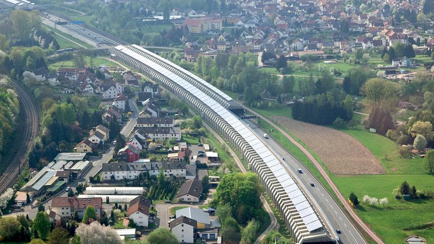 Bei Hösbach an an der A3 zwischen Würzburg und Frankfurt wurde die längste Photovoltaik-Anlage der Welt errichtet.