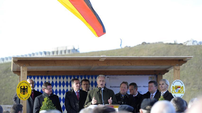 Der damalige Bundesverkehrsminister Peter Ramsauer gab 2009 neben der A3 bei Kist nahe Würzburg auf einem Teilstück offiziell sechs Fahrstreifen frei. In Spitzenzeiten sind dort 100.000 Fahrzeuge unterwegs, bis zu 30 Prozent davon sind Lastwagen.
