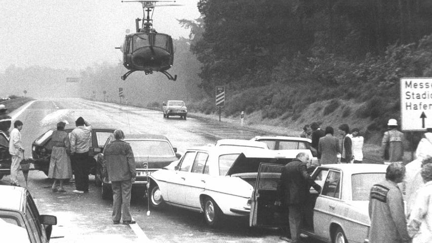 Unfälle gehören bedauerlicherweise zu jedem Verkehr - auch auf einer Autobahn. Hier erforderte eine Karambolage in der Nähe von Nürnberg-Nord zu Beginn der 1980er Jahre  einen Hubschraubereinsatz.